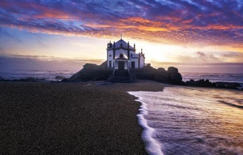capela-do-senhor-da-pedra-portugal-sea
